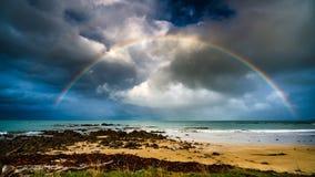 Arc-en-ciel au-dessus de la mer Photographie stock libre de droits