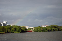 Arc-en-ciel au-dessus de la rivière de Moscou Image stock