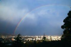 Arc-en-ciel au-dessus de la ville blanche Photographie stock libre de droits