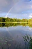 Arc-en-ciel au-dessus de lac suédois Photographie stock libre de droits