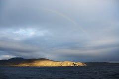 Arc-en-ciel au-dessus de péninsule Pacifique Images libres de droits