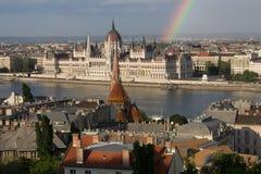 Arc-en-ciel au-dessus de Parlament à Budapest avec la rive Photographie stock
