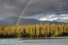 Arc-en-ciel au-dessus de rivière d'Athabasca et de Rocky Mountains - Canada Photos stock