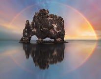 Arc-en-ciel au-dessus de roche d'océan, Islande Photos libres de droits