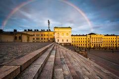 Arc-en-ciel au-dessus de Senaatintori, place de sénat au coucher du soleil, à Helsinki, photographie stock libre de droits