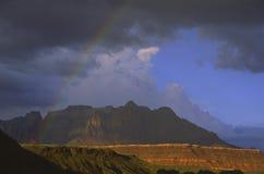 Arc-en-ciel au-dessus de stationnement national de Zion en Utah Photographie stock libre de droits