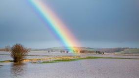 Arc-en-ciel au-dessus de terre inondée après tempête image libre de droits