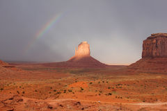 Arc-en-ciel au-dessus de vallée de monument - Arizona Photos stock