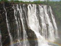 Arc-en-ciel au-dessus de Victoria Falls sur le fleuve de Zambezi Photos stock