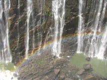 Arc-en-ciel au-dessus de Victoria Falls sur le fleuve de Zambezi image stock
