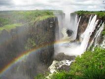 Arc-en-ciel au-dessus de Victoria Falls sur le fleuve de Zambezi image libre de droits