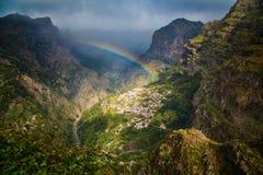 Arc-en-ciel au-dessus de village de montagne Photo libre de droits