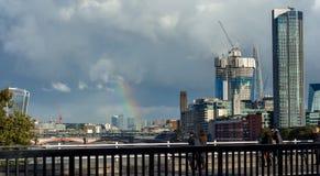 Arc-en-ciel au-dessus de ville de Londres images libres de droits