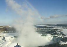 Arc-en-ciel au-dessus des automnes en fer à cheval gelés, Niagara Images stock