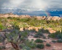 Arc-en-ciel au-dessus des montagnes de sel de La, parc national de voûtes, UT Photographie stock