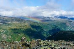 Arc-en-ciel au-dessus des montagnes pendant le coucher du soleil Région sauvage Norvège Photographie stock