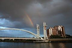 Arc-en-ciel aux quais de Salford image stock