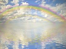 Arc-en-ciel, ciel nuageux et océan image libre de droits