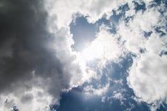 Arc-en-ciel circulaire Sun avec des nuages Image libre de droits