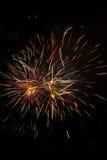 Arc-en-ciel coloré des feux d'artifice explosifs la nuit Images stock