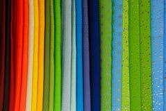 Arc-en-ciel coloré des tissus dans une ligne verticale images libres de droits