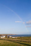 Arc-en-ciel dans la fin irlandaise rurale de campagne en mer d'Irlande Images stock