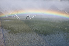 Arc-en-ciel dans la fontaine un jour ensoleillé Photos libres de droits