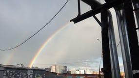 Arc-en-ciel dans le ciel Arc-en-ciel après la pluie Bel arc-en-ciel de sept-couleur photo stock