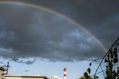 Arc-en-ciel dans le ciel Arc-en-ciel après la pluie Bel arc-en-ciel de sept-couleur photographie stock libre de droits