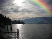 Arc-en-ciel dans le ciel après forte pluie Horizontal de lac Photographie stock libre de droits