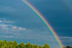 Arc-en-ciel dans le ciel de tempête image libre de droits