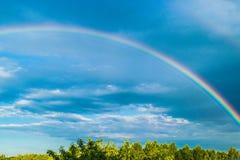 Arc-en-ciel dans le ciel de tempête photographie stock