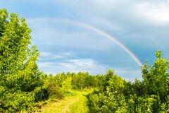 Arc-en-ciel dans le ciel de tempête photo libre de droits