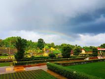 Arc-en-ciel dans le jardin photos libres de droits