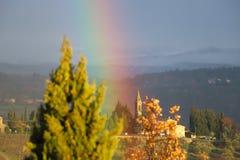 Arc-en-ciel dans le paysage caractéristique de la Toscane Les collines du chianti au sud de image libre de droits