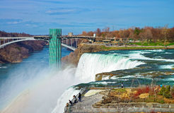 Arc-en-ciel dans les chutes du Niagara et pont en arc-en-ciel au-dessus de la rivière Niagara Image stock