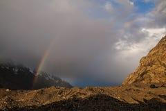 Arc-en-ciel dans les montagnes Image stock