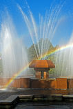 Arc-en-ciel dans les waterdrops d'une fontaine Photos stock