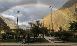Arc-en-ciel dans Ollantaytambo, Pérou images stock