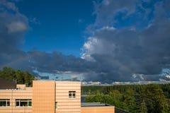 Arc-en-ciel dans un ciel orageux images stock