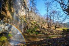 Arc-en-ciel dans une cascade Photographie stock