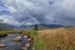 Arc-en-ciel de courant de montagne Images libres de droits