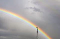 Arc-en-ciel de début de la matinée par la tour de cellules Image libre de droits