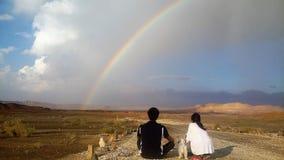 Arc-en-ciel de désert en Mitspe Ramon, désert du Néguev, cratère, en Israël, le Proche-Orient photos stock