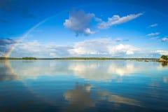 Arc-en-ciel de septembre au-dessus de lac suédois Photographie stock libre de droits