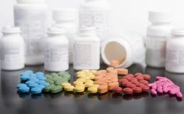 Arc-en-ciel des médicaments délivrés sur ordonnance avec des bouteilles Images stock