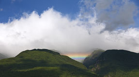 Arc-en-ciel en vallée de montagne Image libre de droits