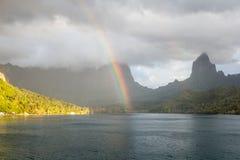 Arc-en-ciel et île tropicale photo stock