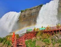 Arc-en-ciel et cascade photo libre de droits