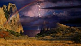 Arc-en-ciel et ligtning au-dessus du bord de la mer Photos libres de droits